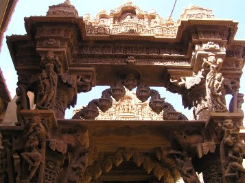 Jaisalmer Fort (Jain Temple): Human figures on the corbels
