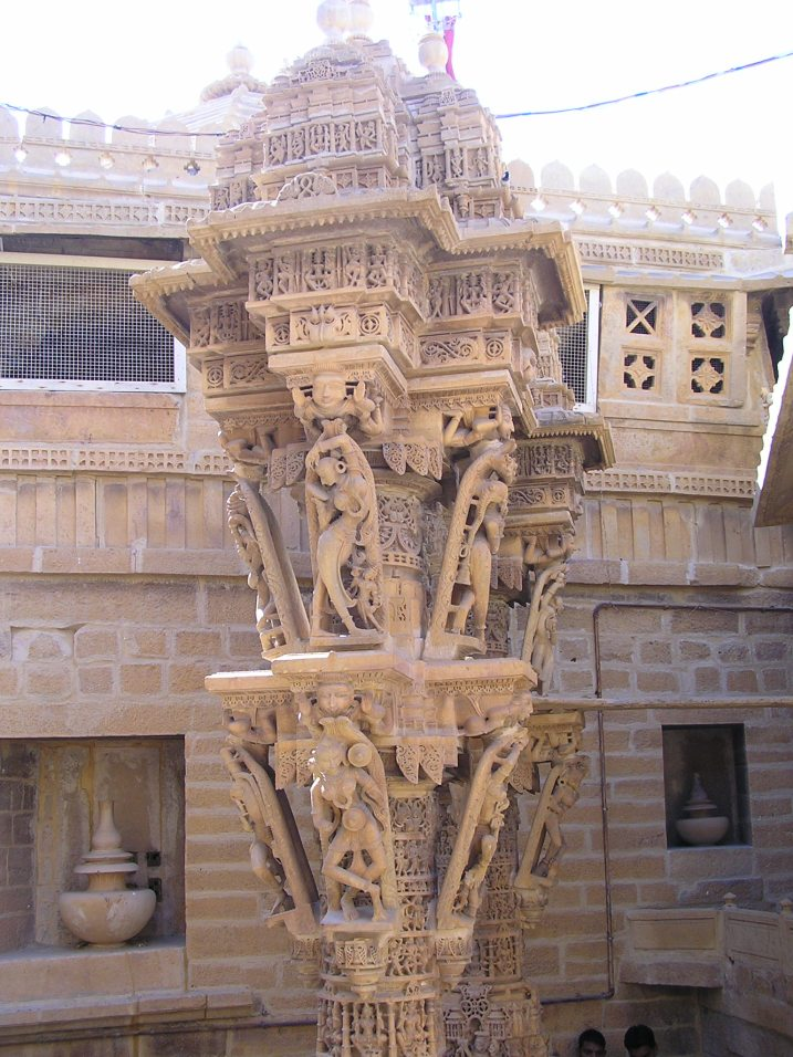 Jaisalmer Fort temple: Human figures on brackets