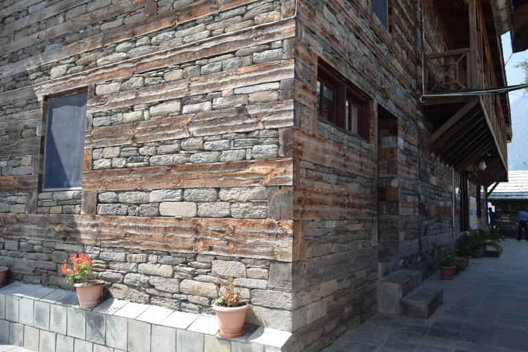Alternating layers of wood and stone in walls